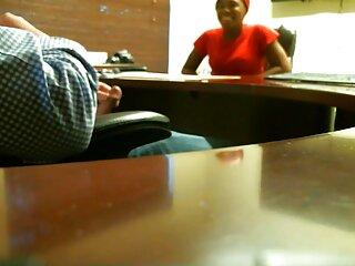 یک پسر نوجوان خوش تیپ روی یک مبل چرمی خودارضایی می فیلم های پورن جدید کند