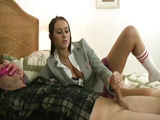 مرد همجنسگرای سکس های جدید برازرس روسی روی تخت دراز کشیده و خروس خود را تند تند می کند