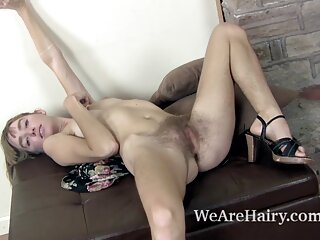 یک زن فیلم های پورن جدید بالغ با یک مرد جوان در خانه روی مبل می لرزد