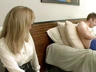 لزبین های روسی روی مبل بوسه می گیرند و یکدیگر را انجام می دهند فیلم های پورن جدید