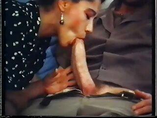 زیبایی باریک در نایلون ها کانال های سکسی جدید تلگرام جوراب شلواری هایش را برای دوربین می گیرد