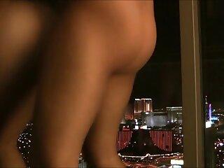 بور لاغر و برنزه بیدمشک خود را با ویبراتور و در کنار فیلم های پورن جدید استخر تقدیر می کند
