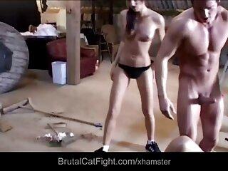 مدل برهنه که در اتاق پوشیده فیلم های جدید سکسی اینستاگرام شده است ، گربه خود را با کیرمصرف تکان می دهد