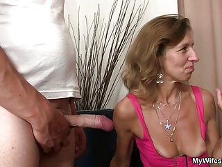 زن شلخته دیک یک مرد سیاه را می مکد و پاهای خود را به جلو باز می سکس های جدید برازرس کند
