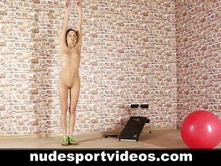 دختری فرانسوی با عینک سایت های سکسی جدید که با خروسهای لاستیکی کمی سرگرم می شود